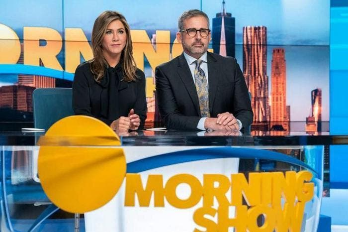 "Alex (Jennifer Aniston) e Mitch (Steve Carell) na bancada do fictício ""Morning Show"""