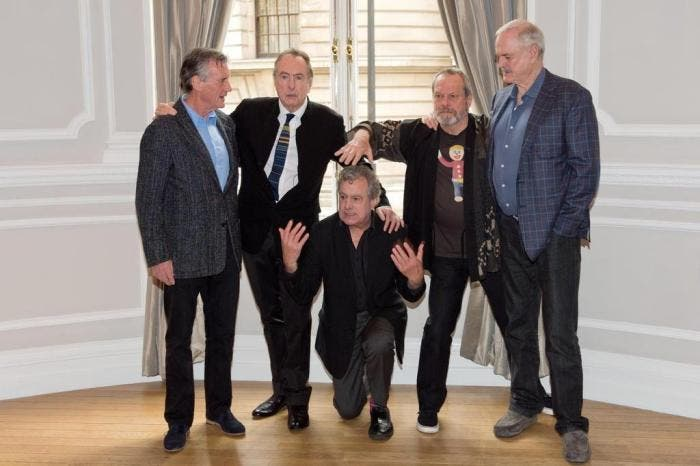 Terry Jones (agachado) junto com seus ex-parceiros de Monty Python: Michael Palin, Eric Idle, Terry Gilliam e John Cleese