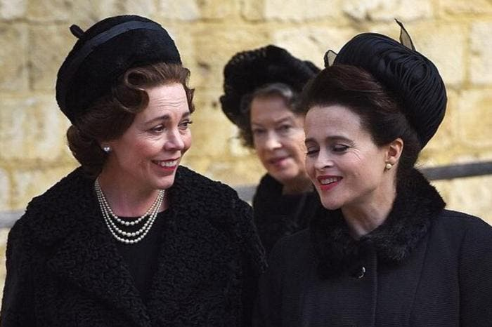 "Olivia Colman (E) e Helena Bonham Carter (D) em ""The Crown"""