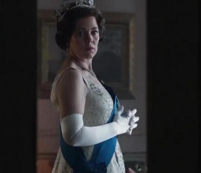 "Olivia Colman no papel de Rainha Elizabeth II em ""The Crown"""