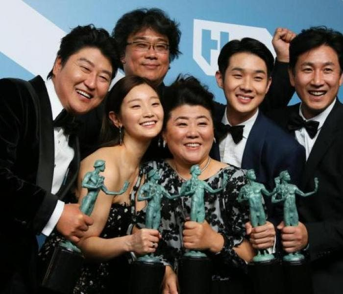 "Elenco de ""Parasita"" posa com suas estatuetas do SAG Awards"