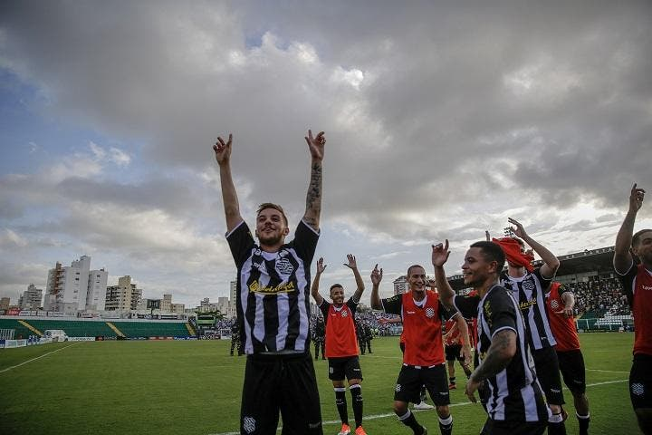 Figueirense is winning Avaí. Photograph of Diorgenes Pandini