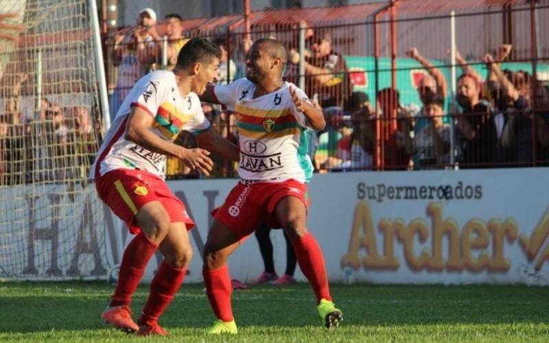 Junior Pirambú comemora o primeiro gol do Brusque