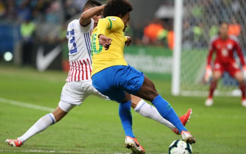 Willian tenta cruzar, mas é travado por jogador do Paraguai