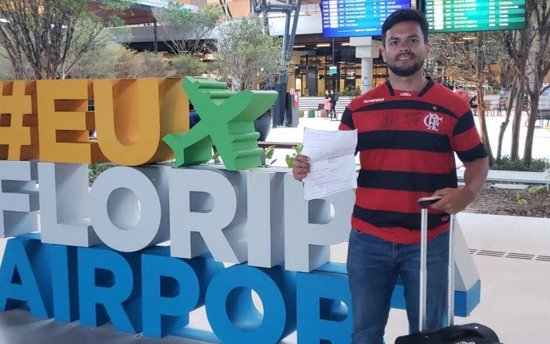 Romulo Henkerhoff com o voucher do ingresso saindo de Floripa