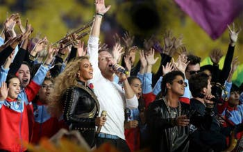 Beyoncé se apresenta com Coldplay e Bruno Mars no Super Bowl